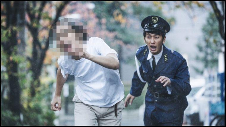 警察官に追われる男性