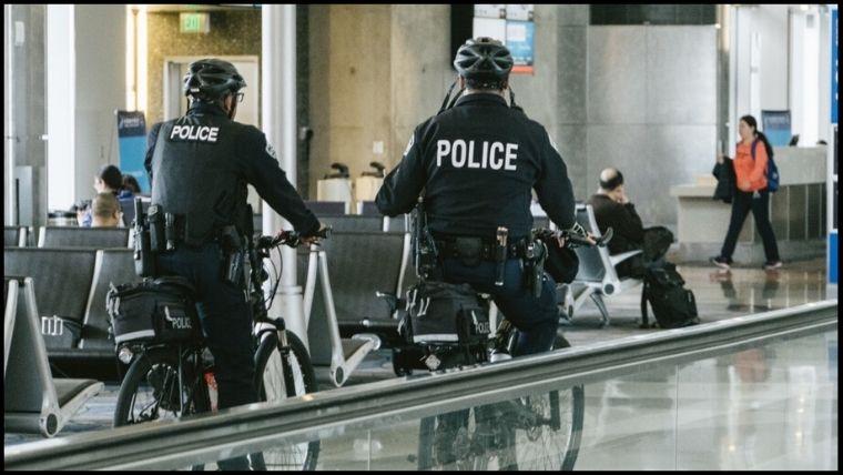 自転車警備する警察官